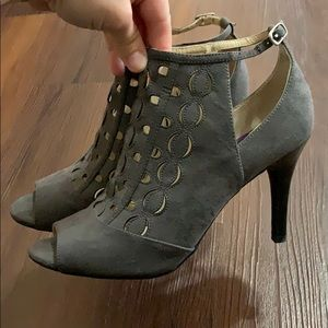 NWOT Adrienne vittadini laser cut out heels